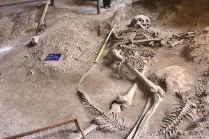Penemuan Unik Kerangka Manusia Raksasa dibelit kerangka Ular Raksasa di Gua Khao Khanap Nam